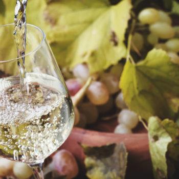 vin blanc versé dans un verre